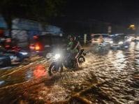 Banjir Bandang Seret 17 Mobil Sampai Bertumpuk di Cicaheum Bandung