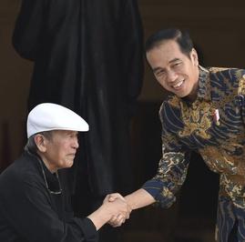 Penulis yang Disalami Jokowi Sambil Berjongkok Itu Putu Wijaya
