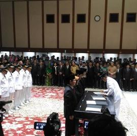 Sanksi Menanti Anies-Sandi Setelah Copot 4 Wali Kota Lewat Telepon