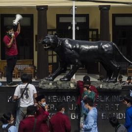 Aparat Makin Semena-mena & Indonesia Kurang Demokratis, kata Survei