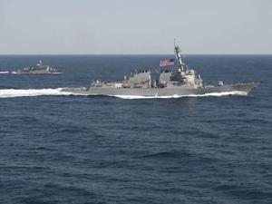 TNI Bantu Evakuasi Tabrakan Kapal Perang AS dan Kapal Tangki