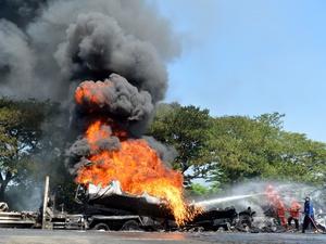 Truk Pengangkut BBM Terbakar di Jalan Tol Jakarta-Cikampek KM 51