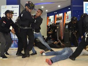 Polisi Ringkus 5 Pelaku Perampokan dan Penusukan di Angkutan Umum