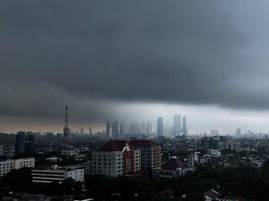 BMKG: Siklon Tropis Pemicu Cuaca Ekstrem Tumbuh di Selatan Jawa