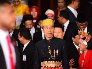 Politik Baju Adat Jokowi