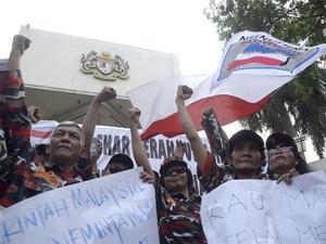 Aksi Protes Insiden Bendera RI Terbalik