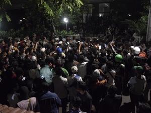 Suasana Mencekam Saat LBH Dikepung Massa Hingga Dini Hari