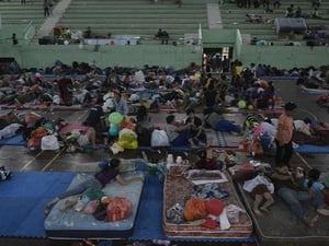 Jokowi Kunjungi Pengungsi Gunung Agung dan Serahkan Bantuan