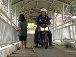 Pengendara Motor Melintasi Jembatan Penyeberangan Orang