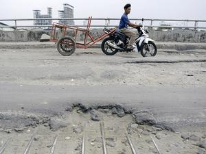 Jalan Rusak di Jalan Raya Cilincing