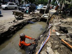 Anies Sebut Kabel Serat Optik di Saluran Air Picu Banjir Kuningan