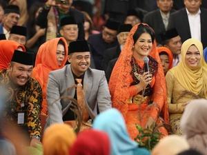 Jokowi Sematkan Ulos pada Kahiyang-Bobby Sebagai Simbol Kerukunan