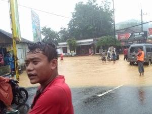 Banjir Pacitan: 1 Orang Anak Dilaporkan Hilang Terseret Arus