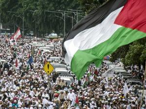 Relawan Aktif Galang Donasi Saat Aksi Bela Palestina Berlangsung