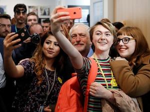 """Bagaimana Politik """"Zaman Now"""" Membentuk Kata Tahunan Kamus Oxford"""