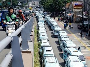 Aksi Sopir Angkot Tanah Abang Menutup Jalan Jatibaru