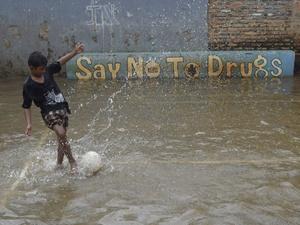 Bermain Sepakbola di Tengah Banjir