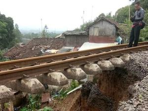 Longsor Akibatkan Perjalanan Kereta Bogor-Sukabumi Terhambat