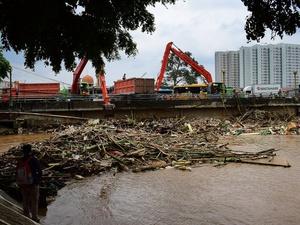 Pembersihan Sampah Dampak Banjir di Kampung Melayu.