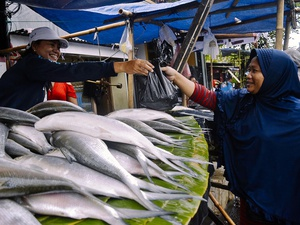 """""""Pasar Kaget"""" Penjual Ikan Bandeng di Rawa Belong"""