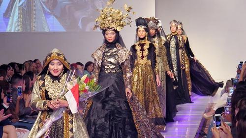 Kala Fashion Muslim Melenggang di Catwalk Dunia - Tirto.ID bd5da66803