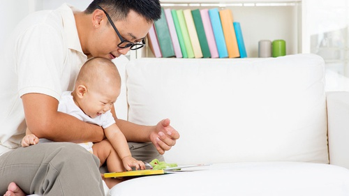 Memetik Manfaat dari Memperkenalkan Buku pada Bayi