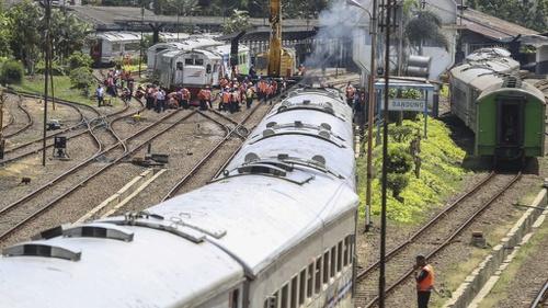 Jalur Kereta Api Cirebon Lumpuh, Penumpang Diantar Naik Bus