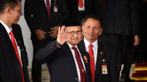 Hasil gambar untuk BJ Habibie lepas jadi presiden GIF