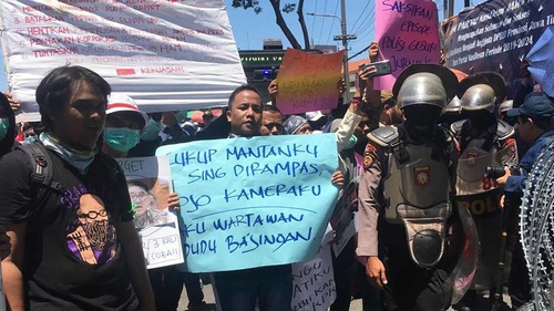 Demo Surabaya Hari Ini Jurnalis Bawa Poster Sindir Polisi