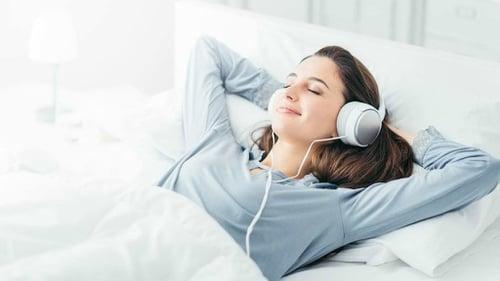 Benarkah Mendengarkan Musik Dapat Mengatasi Gangguan Tidur? - Tirto.ID