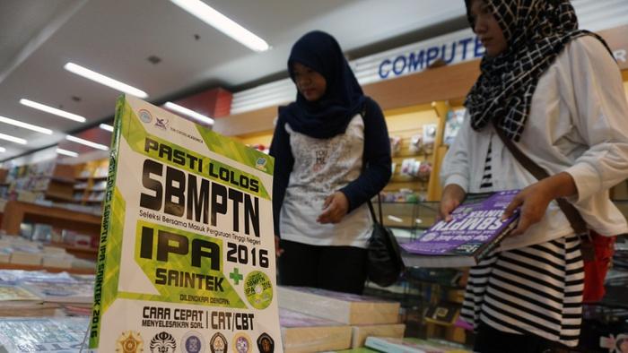 Pengunjung memilih buku SBMPTN. Antara Foto/Lucky R.
