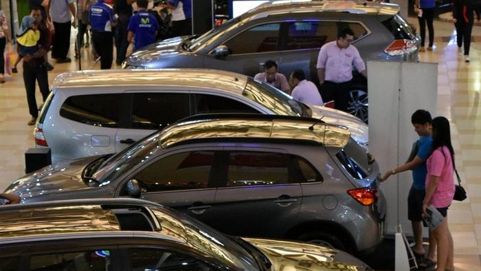 pengunjung melihat sejumlah mobil yang dipajang pada pameran otomotif di semarang, jateng, rabu (25/5). gabungan industri kendaraan bermotor indonesia (gaikindo) memprediksi penjualan mobil domestik tahun ini sekitar 1,1 juta unit, sedikit lebih tinggi dibandingkan tahun lalu yang mencapai 1.013.305 unit. antara foto/r. rekotomo/ama/16.