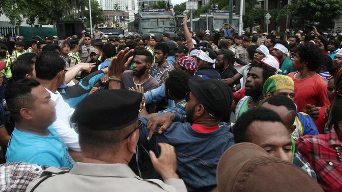(Ilustrasi) Polisi membubarkan aksi sejumlah massa yang mengatasnamakan Aliansi Mahasiswa Papua bersama Front Rakyat Indonesia Untuk West Papua di Jakarta, Kamis (1/12). ANTARA FOTO/Juan Ferdinand/RN/foc/16.
