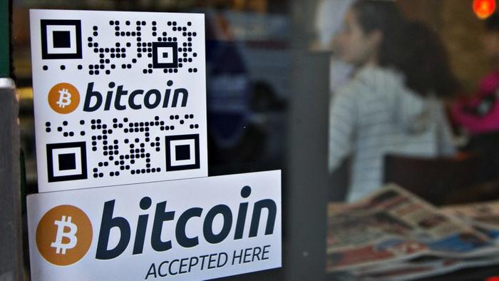 Logo bitcoin tertempel di jendela mesin ATM di Waves Coffee House di Vancouver,  Columbia. Foto/REUTERS/Andy Clark