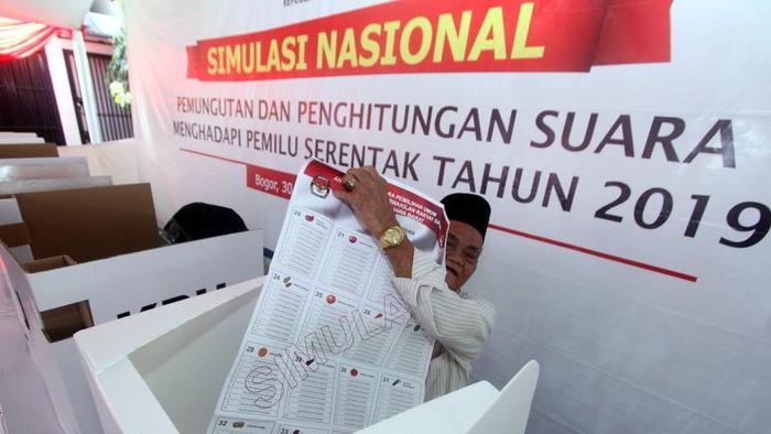 Warga yang memiliki hak pilih menunjukkan surat suara dari dalam bilik suara saat pelaksanaan Simulasi Nasional Pemilihan Umum Serentak 2019 tahap II di Desa Kadungmangu, Babakan Madang, Kabupaten Bogor, Jawa Barat, Sabtu (30/9/2017). ANTARAFOTO/Yulius Satria Wijaya