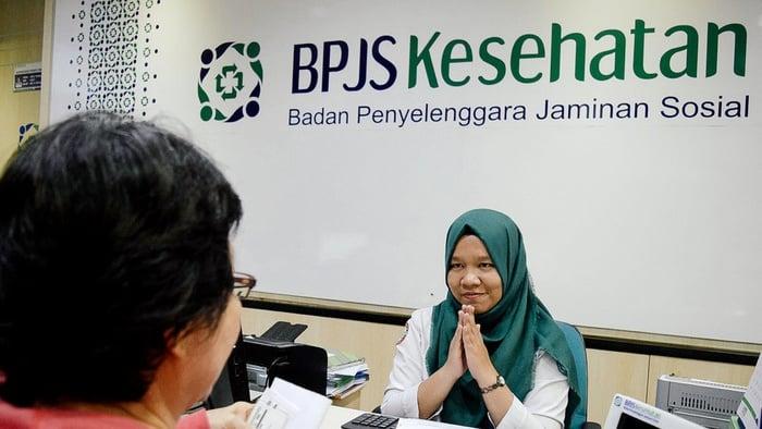 Petugas melayani pelanggan di Kantor Cabang Utama BPJS Kesehatan Jakarta Pusat, Senin (27/11/2017). tirto.id/Andrey Gromico