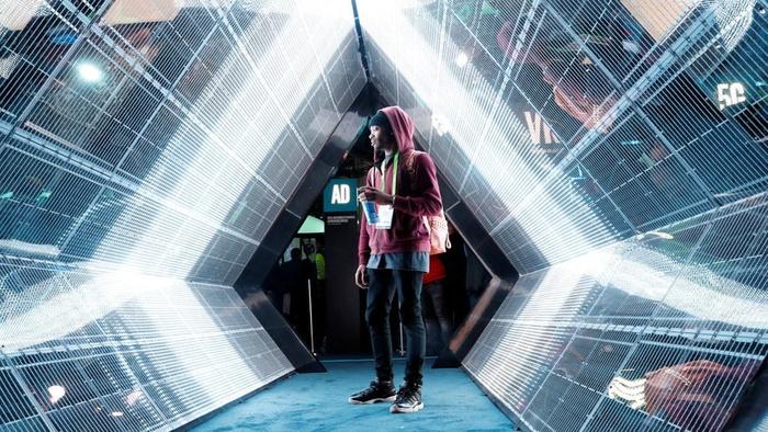 Jordan Itakin berjalan melewati tampilan teknologi nirkabel broadband 5G di stan Intel saat CES 2018 di Las Vegas, Nevada, Amerika Serikat, Selasa (9/1/2018). ANTARA FOTO/REUTERS/Steve Marcus
