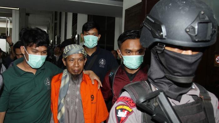 Terdakwa kasus dugaan teror bom Thamrin Aman Abdurrahman alias Oman digiring petugas seusai menjalani sidang perdana kasus terorisme di PN Jakarta Selatan, Jakarta, Kamis (15/2/2018). ANTARA FOTO/Reno Esnir