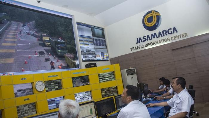 Operator mengamati laju kendaraan di jalan tol dari layar interaktif, di Jasa Marga Traffic Information Center, Jakarta, Rabu (11/4/2018). ANTARA FOTO/Aprillio Akbar