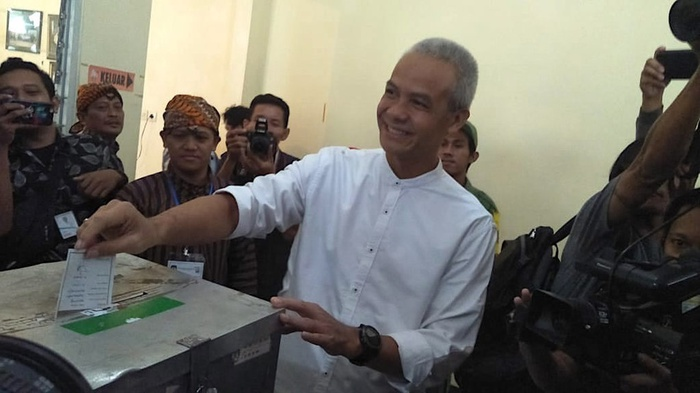 Calon Gubernur Jawa Tengah nomor urut 1 Ganjar Pranowo bersama Istrinya, Siti Atiqoh, memberikan suaranya di TPS 2, Gajah Mungkur, Semarang, Rabu (27/6/2018). tirto.id/Hendra Friana
