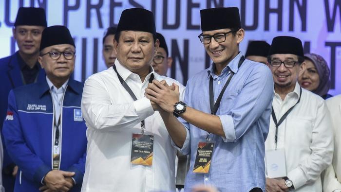 Pasangan bakal calon Presiden dan calon Wakil Presiden, Prabowo Subianto dan Sandiaga Uno saling berpegangan tangan seusai mendaftarkan dirinya di gedung KPU, Jakarta, Jumat (10/8/2018). ANTARA FOTO/Hafidz Mubarak A.