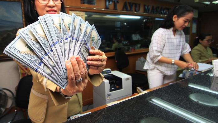 Karyawan menghitung mata uang Dollar AS di gerai jasa penukaran uang asing di Jakarta, Senin (13/8). Nilai tukar Rupiah terhadap Dollar AS melemah menjadi Rp14.608 per dolar AS pada penutupan perdagangan Senin (13/8). ANTARA FOTO/Reno Esnir/wsj/18.