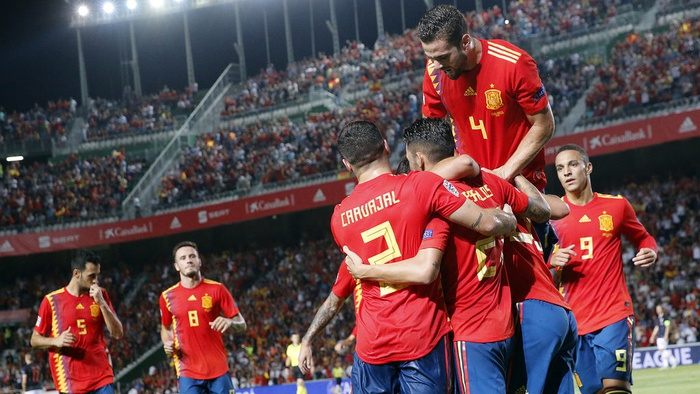 Sergio Ramos bersama rekan-rekannya merayakan gol Spanyol dalam pertandingan UEFA Nations League melawan Kroasia di Manuel Martinez Valero stadium, Elche, Spanyol (11/9/18). AP Photo/Alberto Saiz