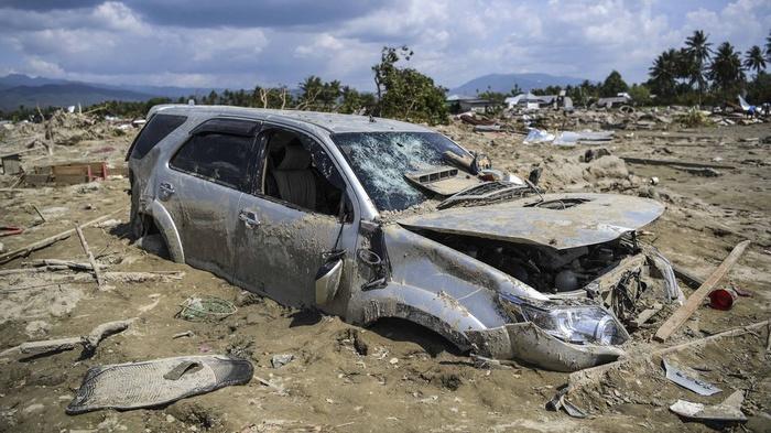 Sebuah mobil tertimbun lumpur akibat pencairan (likuifaksi) tanah yang terjadi di Desa Jono Oge, Sigi, Sulawesi Tengah, Kamis (4/10/2018). ANTARA FOTO/Hafidz Mubarak A