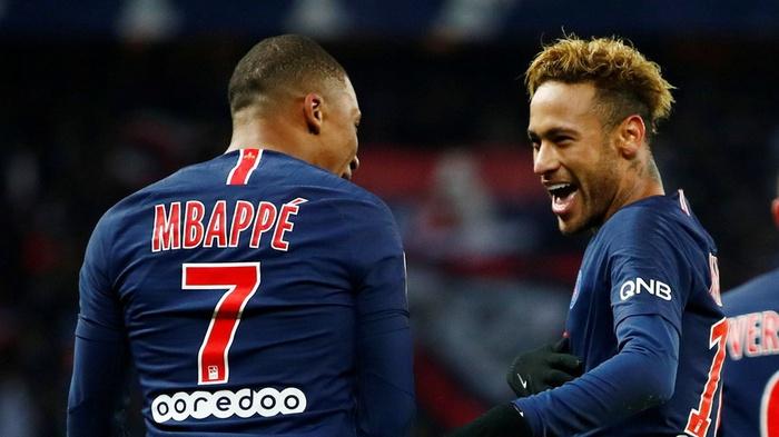 Pemain Paris St Germain Neymar melakukan selebrasi usai mencetak gol kedua ke gawang Lille bersama rekan setim Kylian Mbappe dalam pertandingan sepak bola Liga 1 di Parc des Princes, Paris, Prancis, Jumat (2/11). ANTARA FOTO/REUTERS/Christian Hartmann
