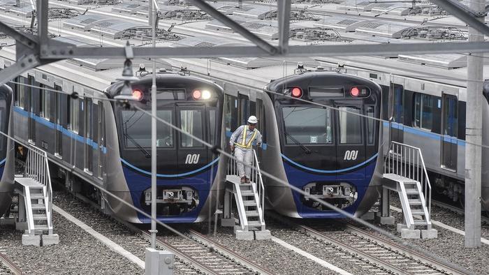 Petugas melakukan pengecekan kereta Mass Rapid Transit (MRT) di Stasiun Lebak Bulus, Jakarta, Kamis (17/1/2019). ANTARA FOTO/Muhammad Adimaja