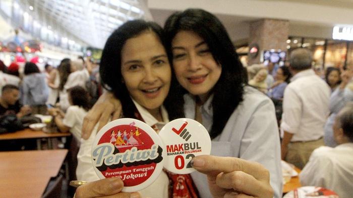 Ratusan ibu-ibu pendukung paslon nomor 01 yanh tergabung dalam PERTIWI dan pendukung paslon 02  yang tergabung dalam MAKBUL secara spontan bertemu di Pondok Indah Mall, Jakarta, Rabu (13/2/2019). tirto.id/Andrey Gromico