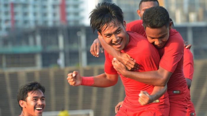 Pemain Timnas U-22 Witan Sulaiman (kedua kanan) beraksi bersama rekannya setelah mencetak gol kedua ke gawang Malaysia dalam pertandingan Grup B Piala AFF U-22 di Stadion Nasional Olimpiade Phnom Penh, Kamboja, Rabu (20/2/2019). ANTARA FOTO/Nyoman Budhiana/ama.