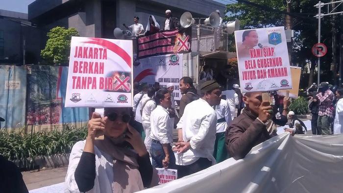 Masa aksi bela islam mendatangi gedung DPRD DKI Jakarta memprotes penolakan anggota dewan yang tak setuju saham bir dicabut, Jumat 8/3/2019. tirto.id/Alfian putra Abdi