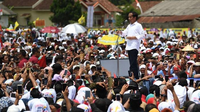 Capres  nomor urut 01 Joko Widodo menyapa pendukungnya ketika menghadiri deklarasi dukungan dari para petani dan nelayan Lampung di Lapangan Karangendah, Lampung Tengah, Lampung, Jumat (8/3/2019).  ANTARA FOTO/Wahyu Putro A.